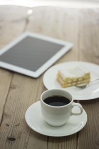 コーヒーとコルネとタブレットPC FYI00041982