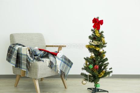クリスマスツリーとソファ FYI00042392