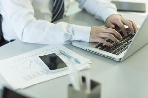 ノートパソコンを操作するビジネスマン FYI00042817