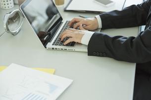 ノートパソコンを操作するビジネスマン FYI00042824