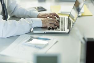 ノートパソコンを操作するビジネスマン FYI00042829