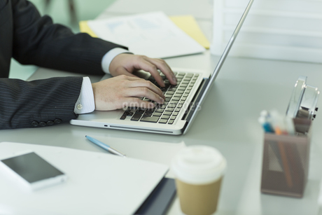 ノートパソコンを操作するビジネスマン FYI00042831