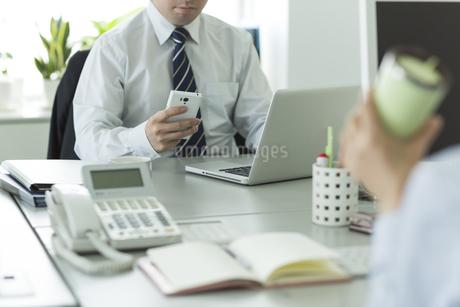 スマートフォンを操作するビジネスマン FYI00042836