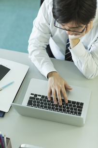 ノートパソコンを操作するビジネスマン FYI00042843