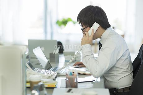 電話をするビジネスマン FYI00042848