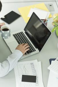 ノートパソコンを操作するビジネスマン FYI00042855