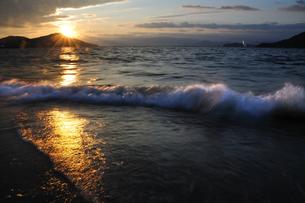 夕陽を浴びた波 FYI00043082