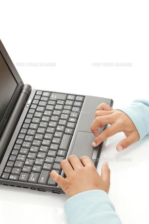 パソコンを操作する子供の素材 [FYI00044684]