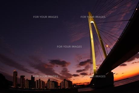 橋と夕焼け FYI00049231