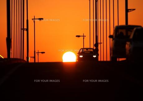 夕日と橋の上を走る乗用車 FYI00049232