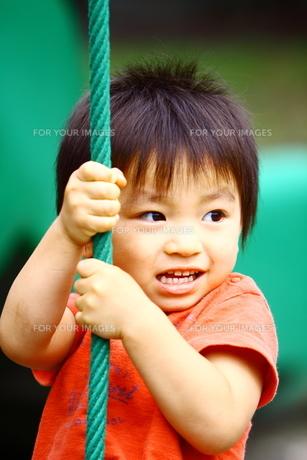公園で遊ぶ子供 FYI00049245