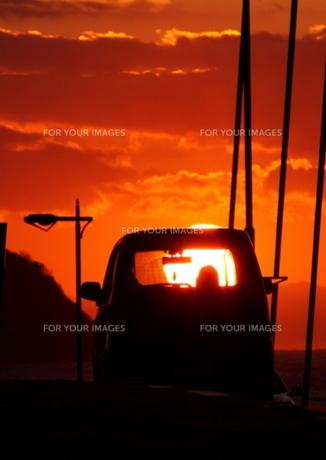 夕日と乗用車 FYI00049249