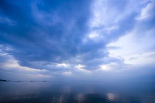 朝の湖畔 FYI00049352