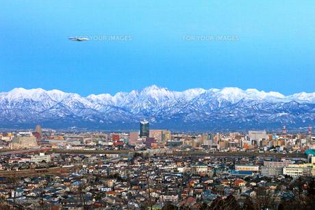 暮れなずむ富山市街地と立山連峰 FYI00056121