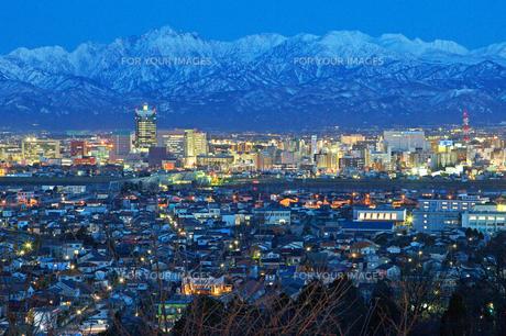 富山市街地と立山連峰 暮景 FYI00056122