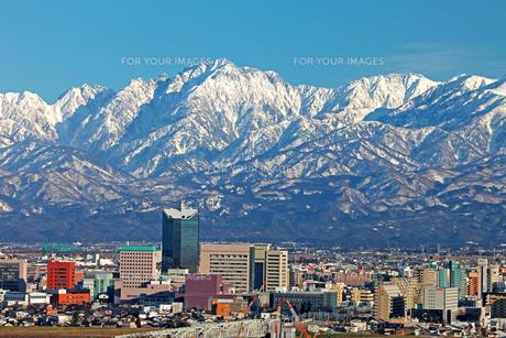 富山市街地越しに望む立山連峰 FYI00056146
