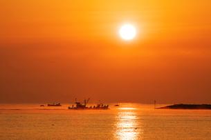 富山湾の日の出 FYI00056184