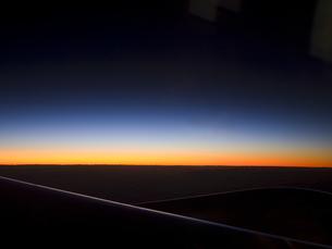 飛行機から見た朝日 FYI00057117