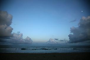 夕暮れの海 FYI00057503