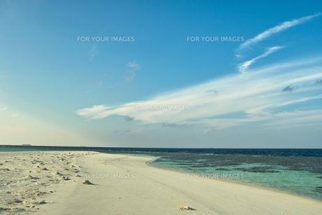 砂浜と海岸と青空と雲 FYI00058887