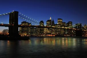 ブルックリンブリッジとロワー マンハッタンの夜景 FYI00059601