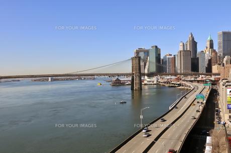 朝のロワーマンハッタンとブルックリンブリッジの素材 [FYI00059818]