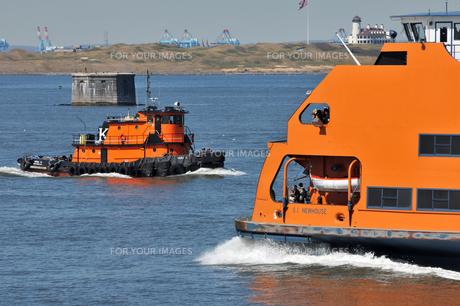 オレンジ色のフェリーとタグボート FYI00060200