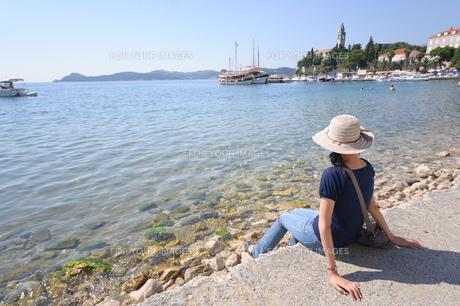 海を眺める女性 FYI00063667