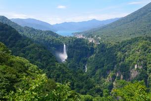 中禅寺湖と華厳の滝 FYI00064818