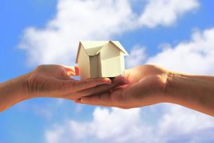 夫婦で持つ家の模型 FYI00073206