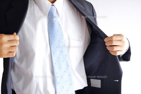 上着を着るビジネスマン FYI00073229