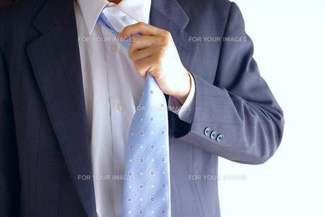 ネクタイを解くビジネスマン FYI00073232