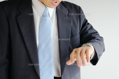 時計を見て驚くビジネスマン FYI00073233