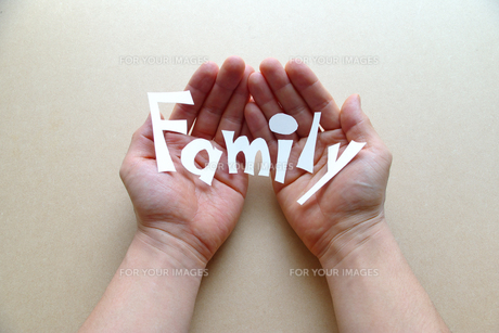 両手で文字を持つ FYI00073234