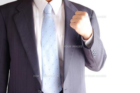 ガッツポーズをするビジネスマン FYI00073239