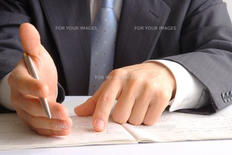 説明するビジネスマン FYI00073241