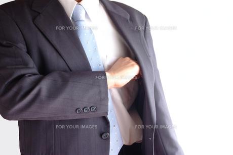 切り札を出すビジネスマン FYI00073243