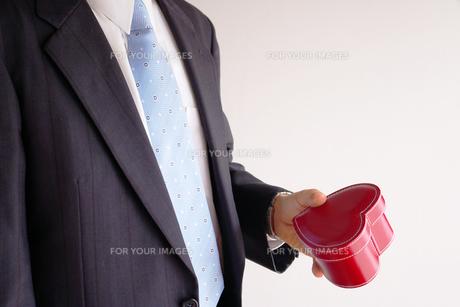 ハートのプレゼントを持つビジネスマン FYI00073244