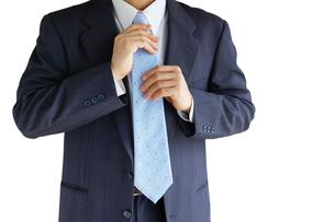 ネクタイを直すビジネスマン FYI00073245