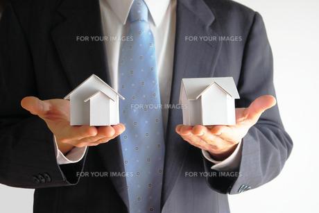 不動産を勧める営業マン FYI00073250