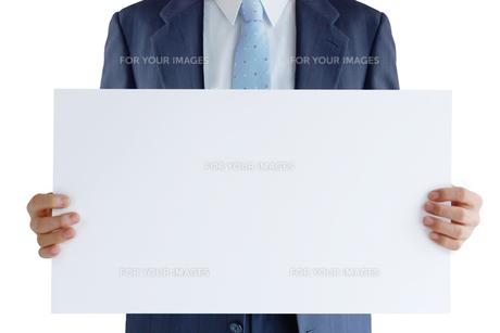 メッセージボードを持つビジネスマン FYI00073257