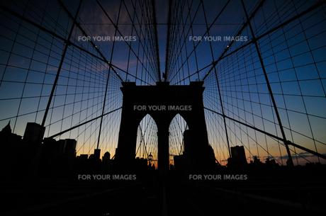 ブルックリンブリッジと高層ビル群 FYI00073439