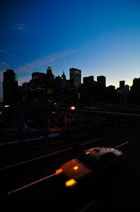 マンハッタンの高層ビル群とタクシー FYI00073453