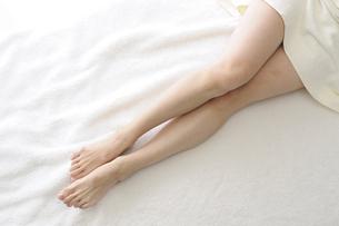 若い女性の足 FYI00073617