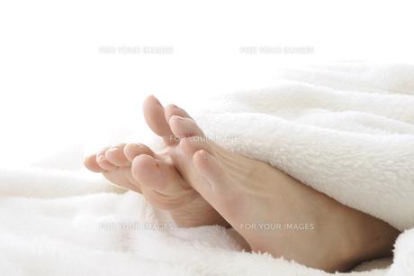 若い女性の足先 FYI00073639