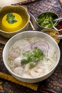 タイ風ライスヌードル肉団子入りとマンゴープリン FYI00077096