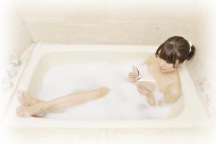 入浴しながら本を読む女性 FYI00081319