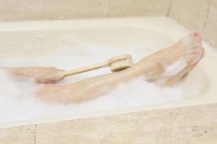 ボディブラシで足を洗う女性の手 FYI00081320