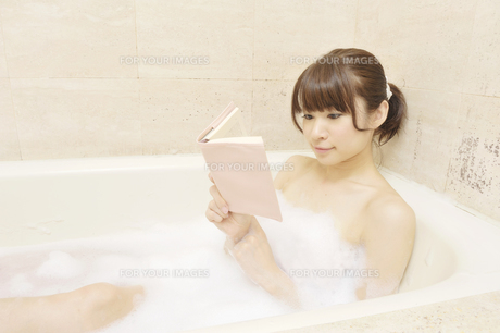 入浴しながら本を読む女性 FYI00081325