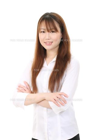 腕組する女性 Fyi00084111 気軽に使える写真イラスト素材